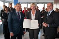 Die neue Leiterin der Schulabteilung Susanne Blasberg-Bense (Mitte) mit Regierungspräsident Dr. Gerd Bollermann (rechts) und Regierungsvizepräsident Volker Milk (links). (Foto: Bezirksregierung)