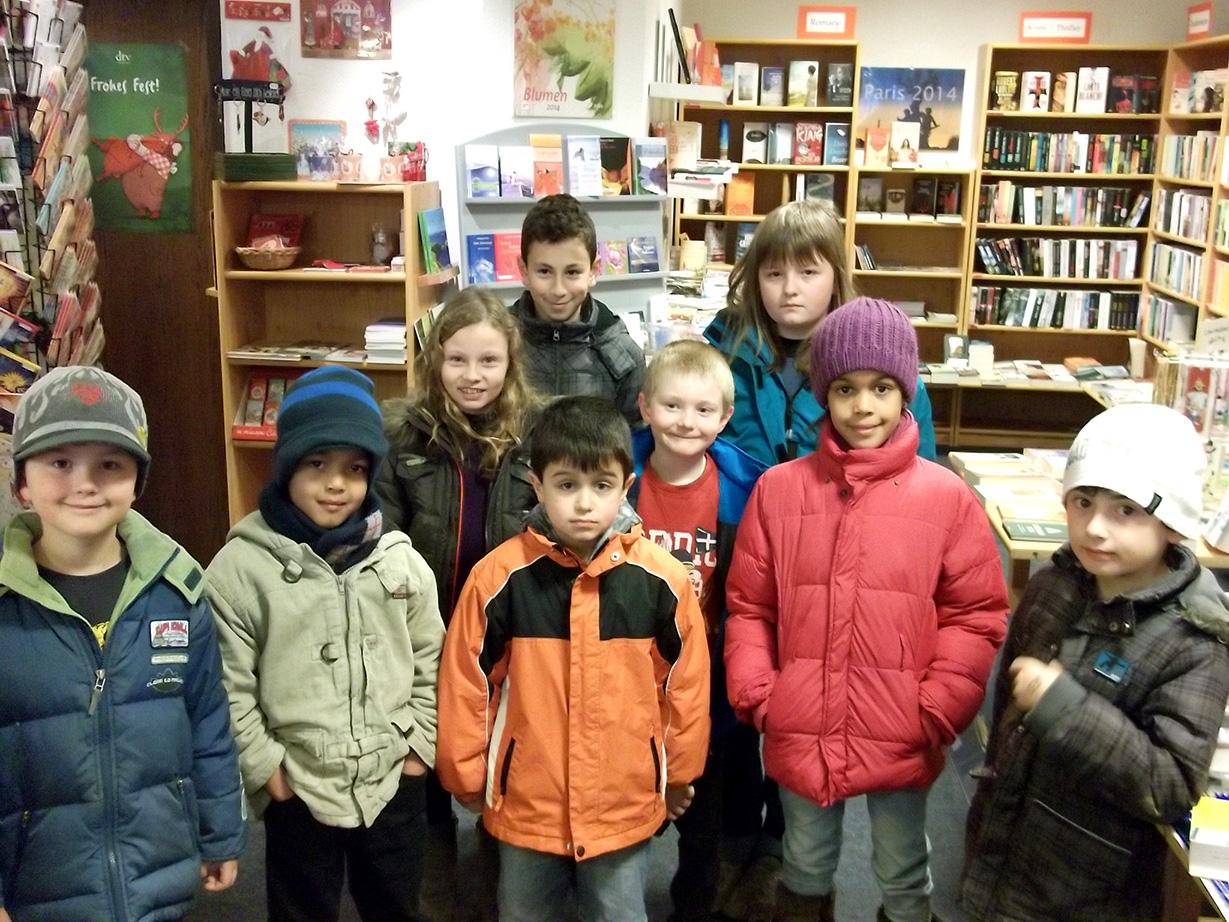 Neun der zehn Gewinner beim Bücherrätsel der Stadtbibliothek Sundern. (Foto: Stadtbibliothek Sundern)