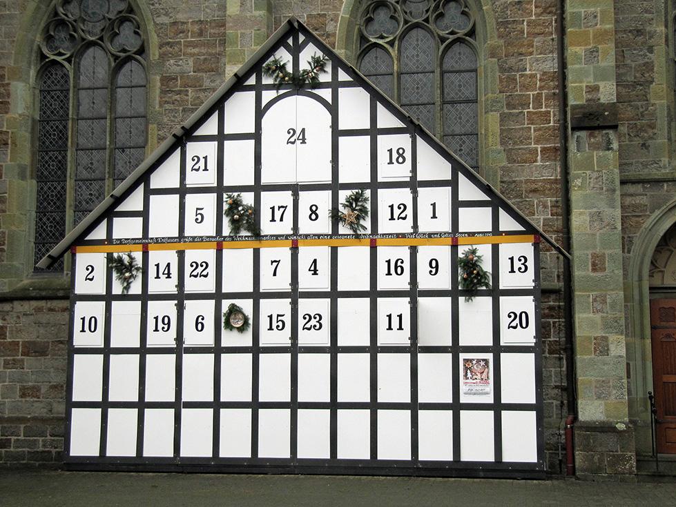 Der fast fertig gestellte wohl größte Adventskalender des Sauerlandes, der Blickfang de 5. Enker Weihnachtsmarktes sein wird. (Foto: Veranstalter)