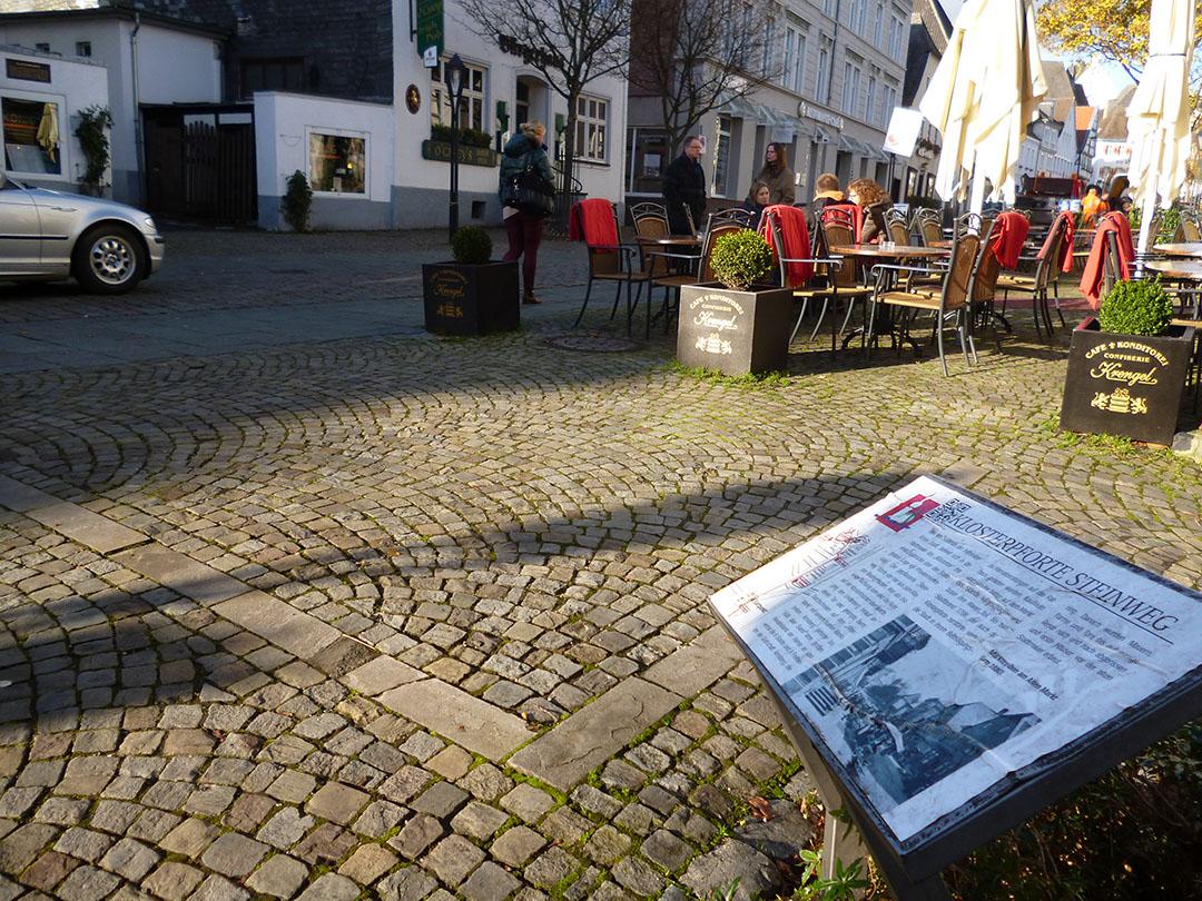 Der Standort der früheren Klosterpforte zwischen Altem markt und Steinweg wird bisher nur durch einige Steine im Pflaster gezeigt. Künftig sollen Bodenleuchten des spanischen Künstlers Santiago Sierra das ehemalige Stadttor in Szene setzen. (Foto: Oskar Eichhorst)