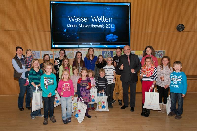 Regierungspräsident Dr. Gerd Bollermann mit den teilnehmenden Kindern des malwettbewerbs. (Foto: Bezirksregierung)