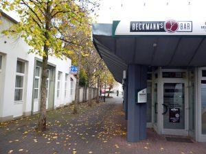Der Beckmann-Pavillon (rechts) und der Anbau der ehemaligen Volksbank (links) werden abgerissen, um Platz für eine neue komfortablere Zufahrt zu den Parkdecksdes Brückencenters und eine neue Anlieferungszone zu schaffen. (Foto: Oskar Eichhorst)