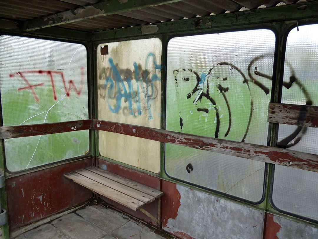 Dieses völlig desolate Buswartehäuschen in Müschede soll durch ein gebrauchtes, aber gutes anderes Exemplar ersetzt werden. (Foto: Oskar Eichhorst)