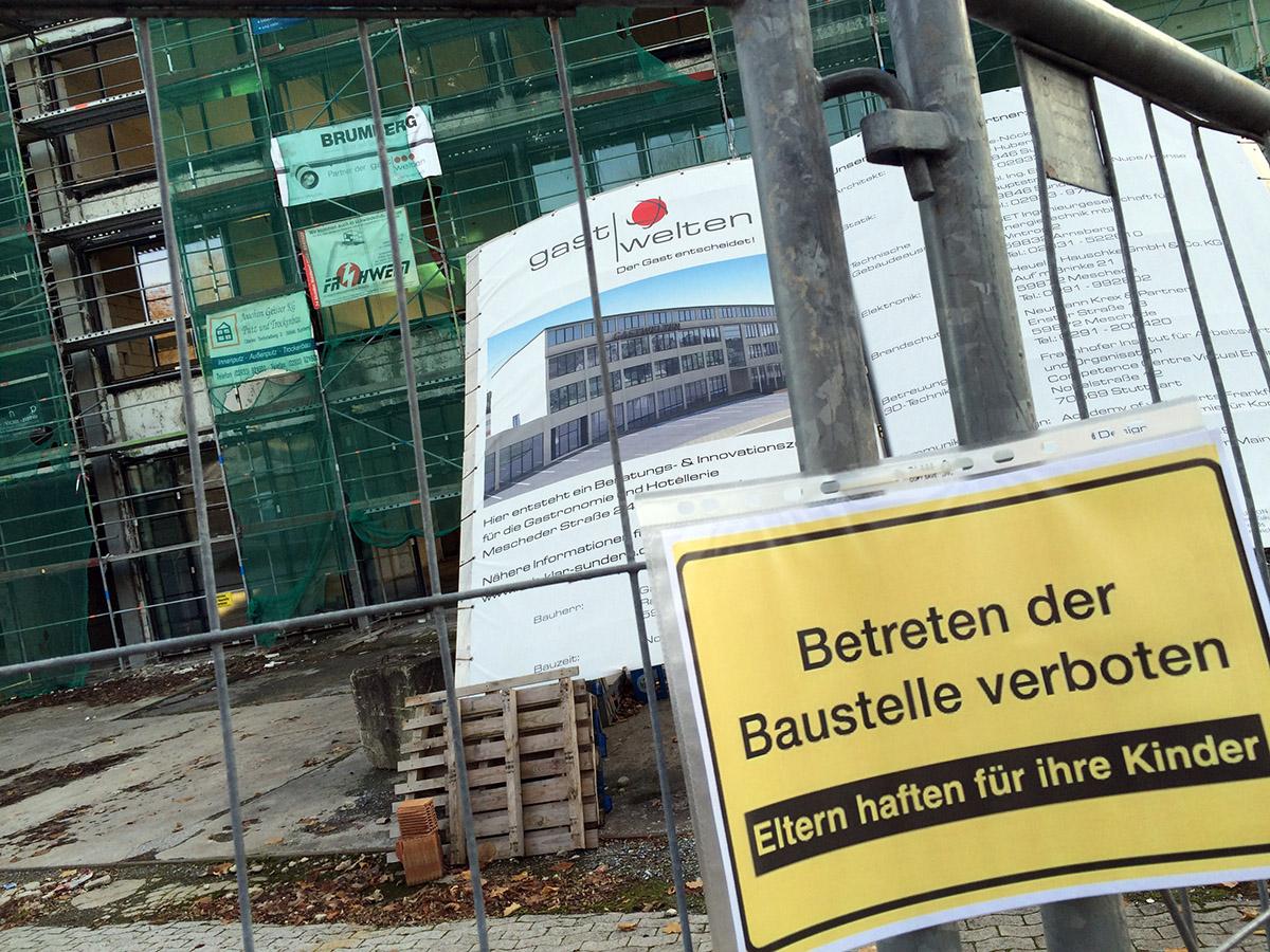 """Derzeit stillgelegt: die Baustelle der Sunderner """"GastWelten"""" (Foto: Blickpunkt Arnsberg-Sundern)"""