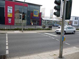 Die neue Bedarfsampel an der Bahnhofstraße in der Nähe des Memoryhauses hat viele ältere Anwohner wegen zu kurzer Grünphasen für Fußgänger verunsichert. (Foto: oe9