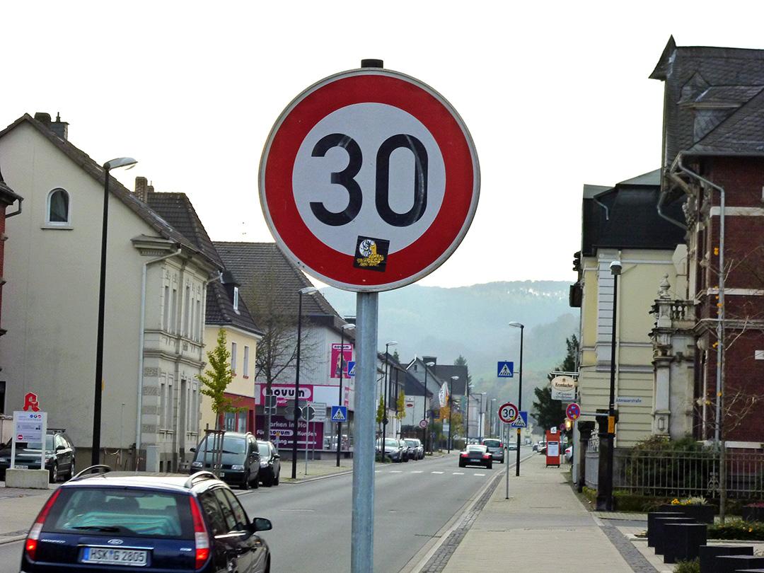 Der Schilderwald an der neugestalteten Heinrich-Lübke-Straße, insbesondere die Tempo-30-Schilder an jeder kleinen Zufahrt, sind den Hüstener Politikern ein Dorn im Auge und ihre Notwendigkeit soll überprüft werden. (Foto: oe)