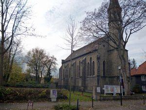 Die denkmalgeschützte 150 Jahre alte Christuskirche und ihr Kirchgarten, in dem der Neubau entstehen soll. (Foto: oe)