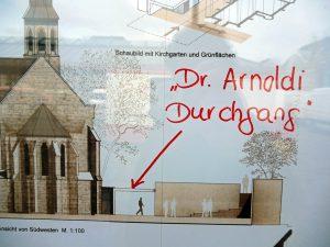 """Auf den in einem Schaufenster am Neheimer Markt ausgehängten Bauplänen für das neue ev. Gemeindehaus neben der Christuskirche hat Kritiker Bertram Brökelmann den """"Dr.-Arnoldi-Durchgang"""" unübersehbar markiert. (Foto: oe)"""