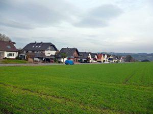 Die Anwohner der Wiethofstraße sorgen sich um Lärm und Sicht, wenn das Gewerbegebiet Gut Nierhof dicht an ihre Grundstücksgrenzen heranrückt. (Foto: oe)