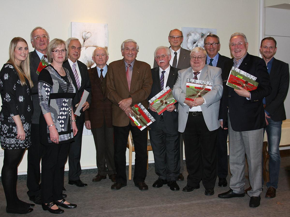 Nach dem Gespräch zwischen Klaus Humpe (5.v.r.), Theo Krick (3.v.r.) und Dirk Hildebrand (1.v.r.) ehrte Gisela Schulte, Vorsitzende des Ortsverbandes Neheim (3.v.l.) sieben CDU-Mitglieder für ihre langjährige Treue. (Foto: CDU Neheim)