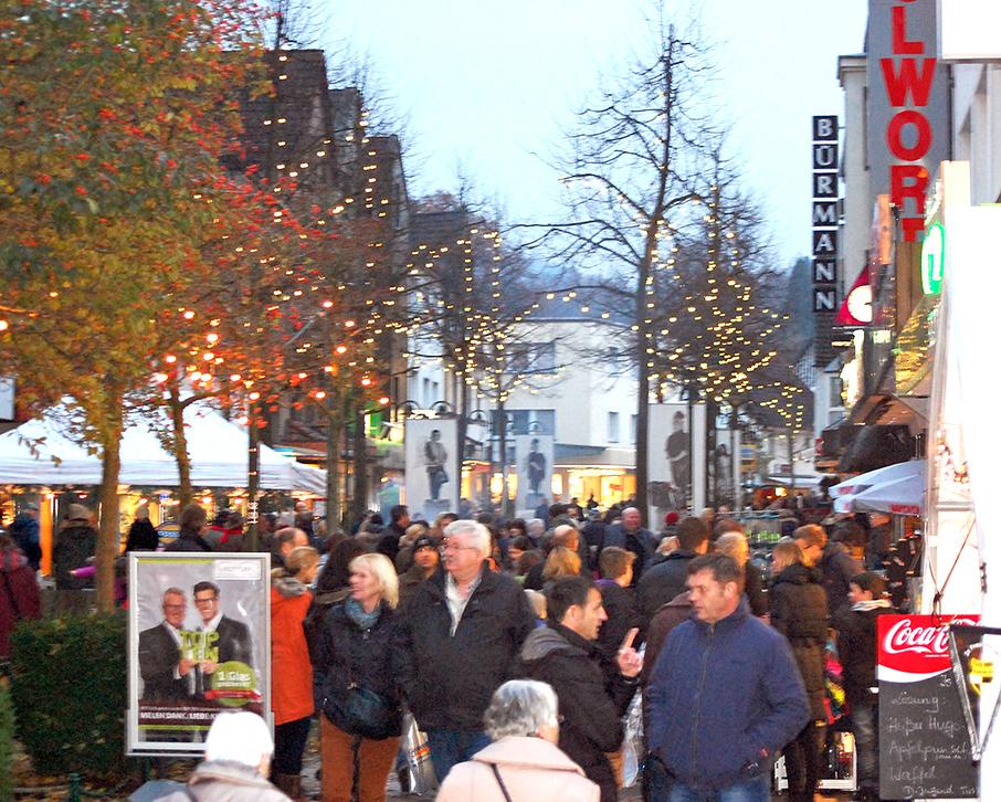 Dicht drängten sich die Besucher beim Adventsbummel in der Fußgängerzone und machten die erste Aktion des neuen Stadtmarketing-Teams zusammen mit den Einzelhändlern zu einem großen Erfolg. (Foto: Stadtmarketing Sundern)