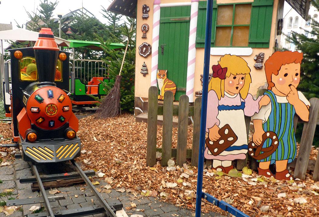 Die Kinder haben auf dem 9. Weihnachtstreff ihren Spaß bei der Eisenbahnfahrt durch den Märchenwald. (Foto: oe)
