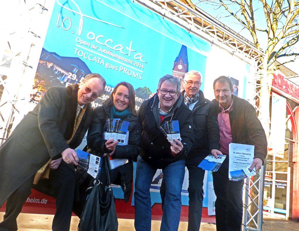Die Vorstandsmitglieder des Dombauvereins und Citymanager Conny Buchheister präsentieren die ersten Tickets für die Toccata 2014, die rechtzeitig zum Weihnachtsfest in den Vorverkauf gehen. (Foto: oe)
