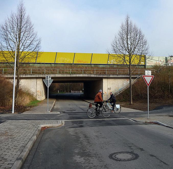 Bei der Querung des Ruhrtalradwegs über die Delecker Straße hat erstmals im Arnsberger Stadtgebiet ein Radweg Vorfahrt vor einer Autostraße. (Foto: Stadt Arnsberg)
