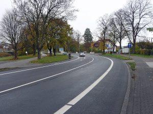 Im Zuge des Projekts Simply City wurden an der Arnsberger Straße im Bereich der Einmündung Wagenbergstraße neue fahrradspuren angelegt, weil Fahrstreifen für den Autoverkehr eingespart werden konnten. (Foto: Stadt Arnsberg.