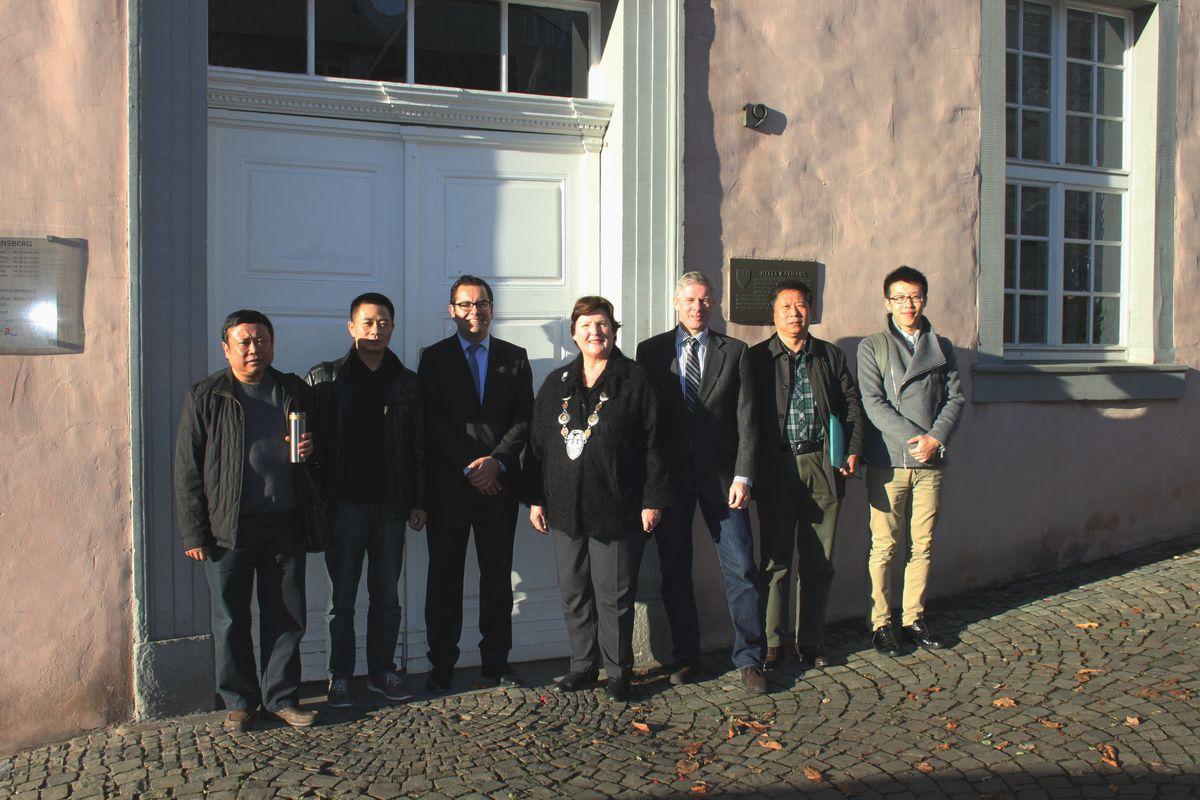 Die stellv. Bürgermeisterin Dr. Rosemarie Goldner, Klimaschutzmanager marcel Witte und Umwelt-Fachdienstleiter Dr. Gotthard Scheja mit den chinesischen Gäste vor dem Alten Rathaus. (Foto: Stadt Arnsberg)
