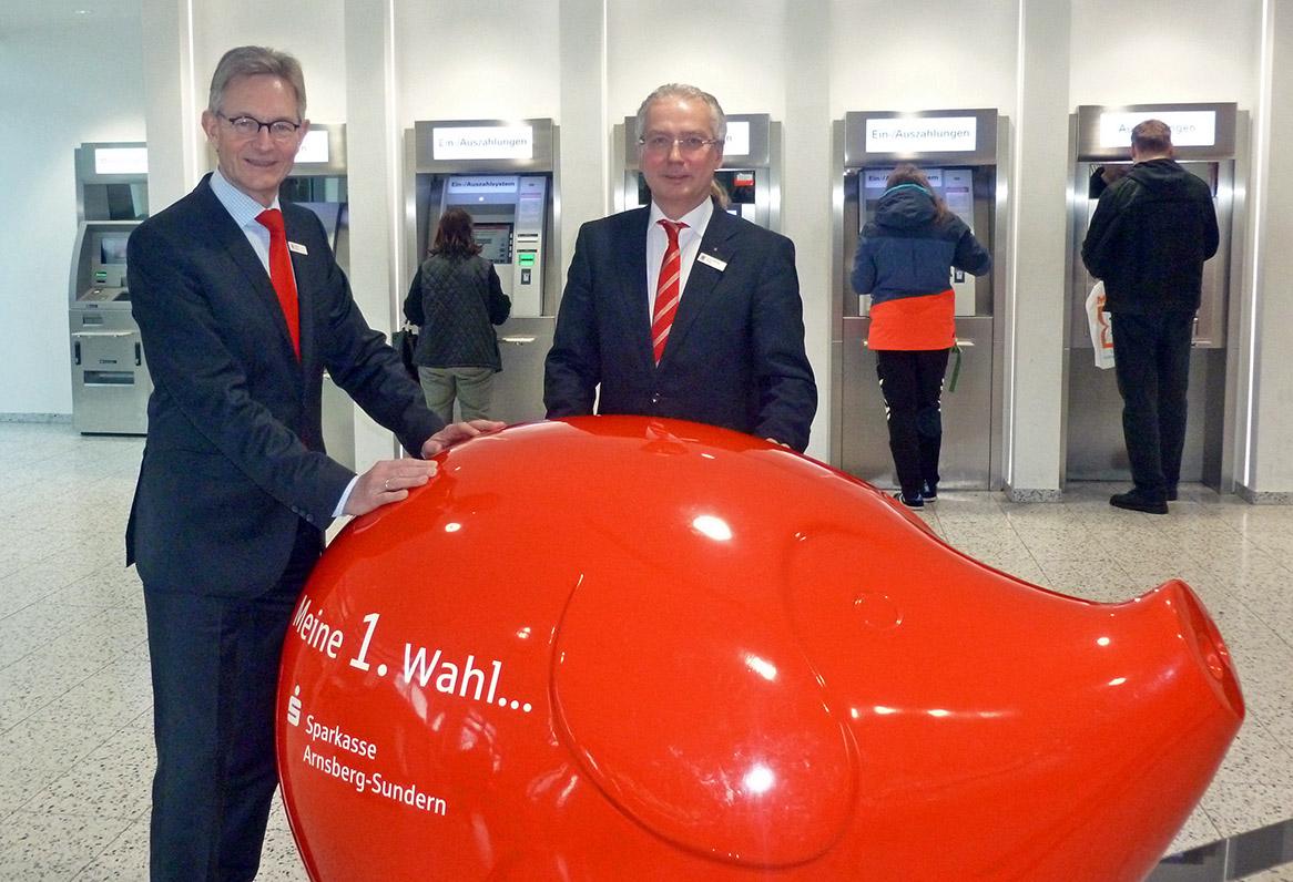 Die Sparkassenvorstände Norbert Runde (Links) und Ernst-Michael Sittig präsentieren eine Bilanzsumme von 1,2 Milliarden Euro. (Foto: oe)