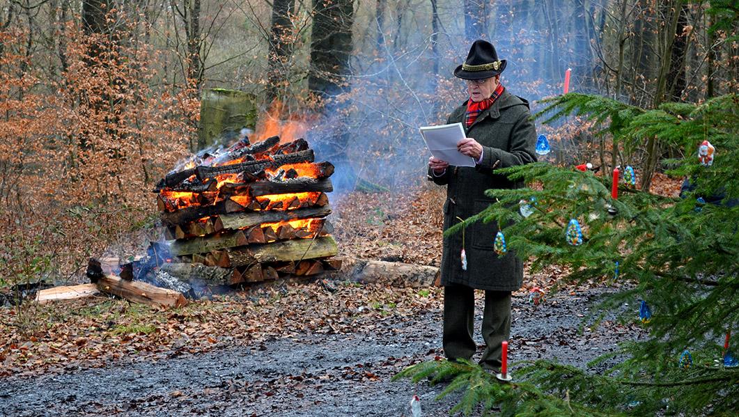 Unter Hunzigers Tannen liest Paul-Heinz-Jochheim bei der Heiligabendwanderung des SGV Arnsberg aus dem Lukas-Evangelium - in hoch- wie in plattdeutsch.. (Foto: SGV)