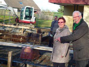 Kindergartenleiterin Ulrike Bange und Bezirksausschussvorsitzender Werner Lattrich begutachten den Baufortschritt am Holzener Kindergarten (Foto: privat)