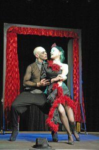 Szenenfoto mit Manuel Quero und Jutta Juchmann. (Foto: Manfred Haupthoff)