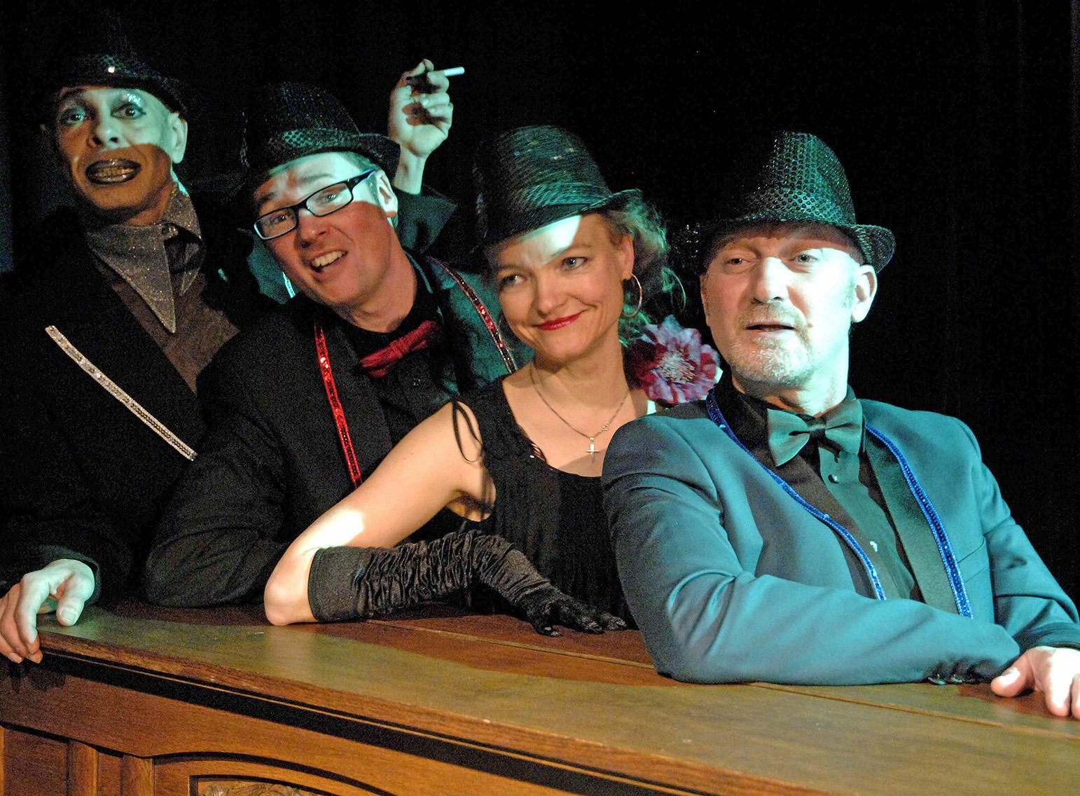 Manuel Quero, Stefan Wolf, Jutta Juchmann und  Yehuda Almagor spielen in der Tucholsky-Revue des Teatron Theaters.
