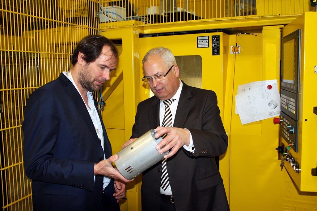 ELPRO-Juniorchef Kai K. Wiegelmann (l.) erläutert Landrat Dr. Karl Schneider die Produktionsschritte eines Strahlers. / Foto: Pressestelle HSK [Zurück]
