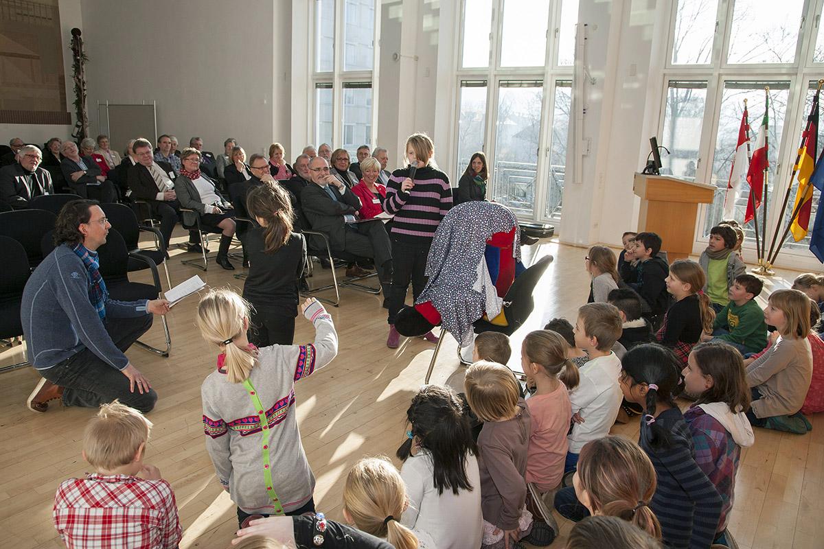 Musikalische Darbietung der Schülerinnen und Schüler der Norbertusschule Arnsberg im Großen Saal der Bezirksregierung. (Foto: Bezirksregierung)