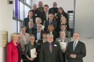 Regierungspräsident Dr. Gerd Bollermann (vorne rechts) und Schulabteilungsleiterin Susanne Blasberg-Bense (vorne links) verabschieden die Schulleitungen in den Ruhestand. (Foto: Bezirksregierung)