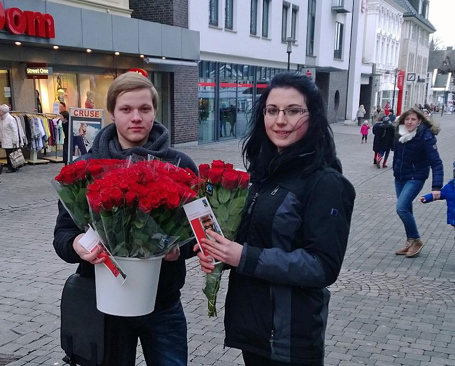 Die Grüne Jugend verschenkte Rosen, um auf fairen Handel auch bei Blumen hinzuweisen. (Foto: Grüne Jugend)