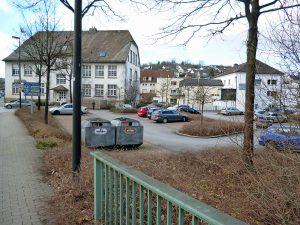 Blick von der Röhrbrücke auf die Alte Johannesschule und in Richtung Fußgängerzone. (Foto: oe)