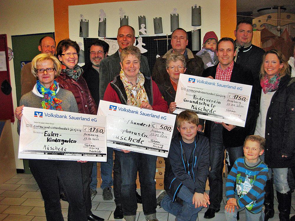 Mit drei Schecks aus dem Erlös des Weihnachtsmarkts unterstützt der Vereinsring Müschede Kindergarten, Grundschule und Wohngruppe im Ort. (Foto: Vereinsring)