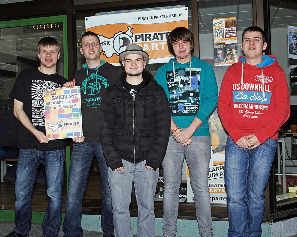 Das Piratenbüro der Piratenpartei im HSK - v.l.n.r. Daniel Wagner, Reinhold Karle, Sven Salewski, Julius Hahn, Maik Karle. (Foto: Piratenpartei)