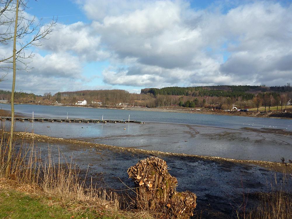 Blick über das Amecker Vorbecken auf das Areal von Ferienpark und Regionale-Projekt. (Foto: oe)