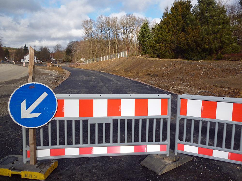 An der Landstraßenverschwenkung ruhen die Arbeiten derzeit wegen des nicht zustande gekommenen Grundstückstauschs. (Foto: oe)