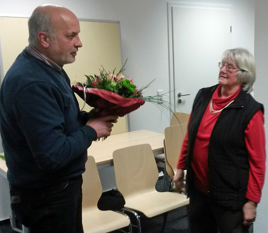 Für Erika hahnwald, die nach 35 Jahren im Rat nicht mehr kandidiert, gab es in der letzten Sitzung des Sozialausschusses Blumen vom Vorsitzenden Hubertus Mantoan für seine Stellvertreterin. (Foto: privat)