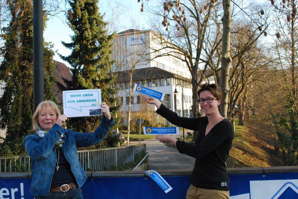 Isolde Clasvogt und Verena Verspohl von den Arnsberger Grünen erinnern an Fukushima und fordern Konsequenzen auch in Arnsberg. (Foto: Grüne)