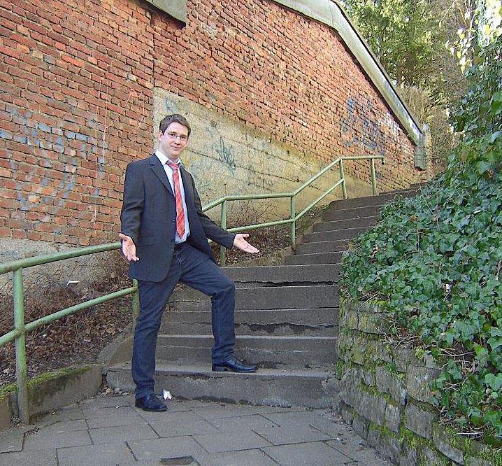 SPD-Ratskandidat  Ralf Berthold setzt sich für die sanierung der maroden Treppe ein, die viele Schüler täglich nutzen. (Foto: SPD)