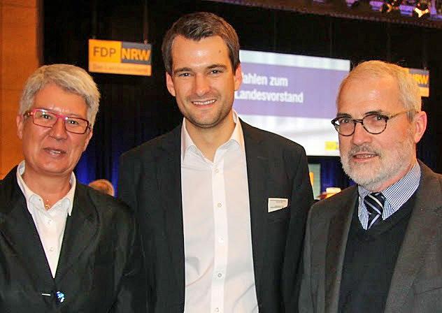 Der neue FDP-General Johannes Vogel mit den Arnsberger Delegierten Renate Niemand und Horst Kloppsteck auf dem Landesparteitag in Münster. (Foto: FDP)