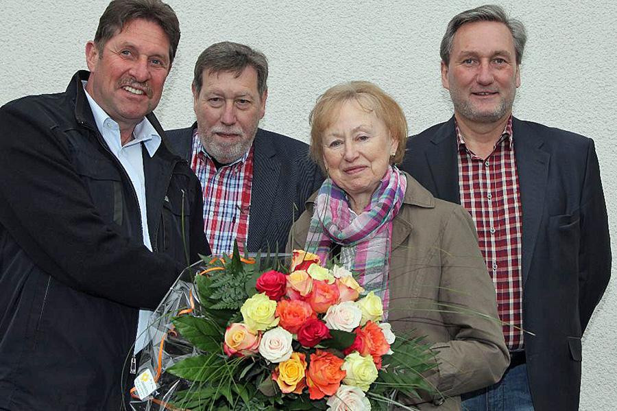 Monika Hunsinger mit (v.l.) Günter Goßler, ihrem nachfolger als Vorsitzender des Bezirksausschusses Hüsten, Rupert Schulte Vorsitzender der CDU Hüsten, und Werner Ebbert, Hüstener Mitglied im Rat der Stadt Arnsberg. (Foto: CDU)