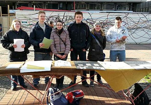 Die Schüler vom Berufskolleg am Eichholz setzten sich auch mit einem Infostand in der Fußgängerzone für einen gesunden Rücken ein. (Foto: BKAE)