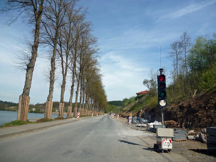 Monatelang war die Seestraße am Amecker Vorbecken ampelgeregelt nur einspurug befahrbar. Jetzt folgt für gut zwei Monate eine Vollsperrung, um das Regionale-Projekt fertigzustellen. (Foto: oe)