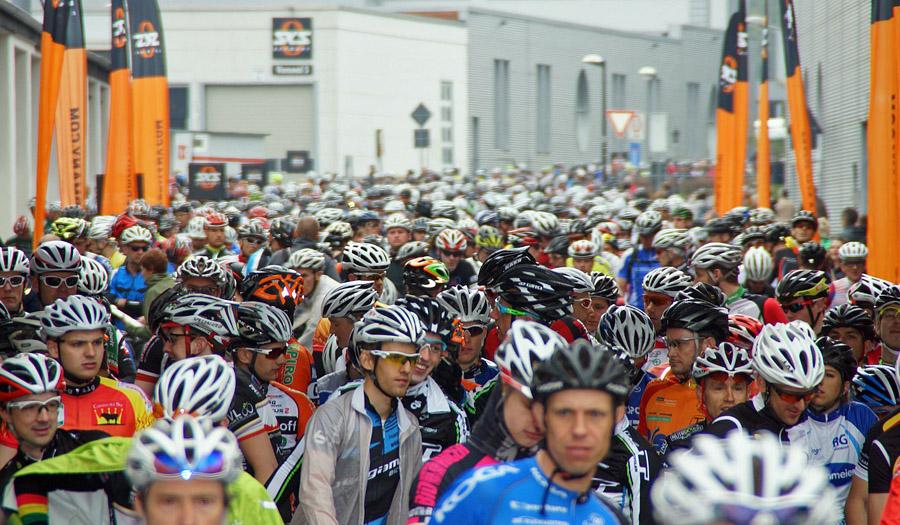 Massenstart auf dem SKS-Firmengelände. (Foto: Megasports)