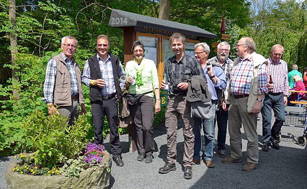 Eine Abordnung der SGV-Abteilung Arnsberg hat zusammen mit dem Forum Wennigloh das neue Wennigloher Wanderportal offiziell eingeweiht. (Foto: Forum Wennigloh)