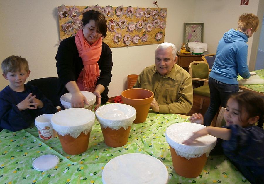 Die Kinder der Kindertageseinrichtung St. Petri in Hüsten und die Senioren der Tagespflege sind schon gemeinsam mit viel Freude bei den Vorbereitungen des Frühlingsfestes. (Foto: Caritas)