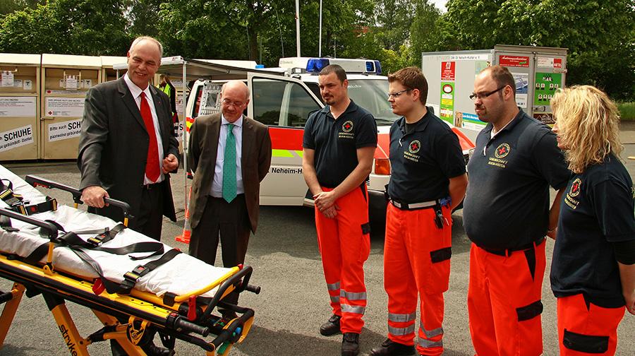 Der Vorsitzende Gerd Stüttgen dankte Christian Eschbach vom Sponsor Volksbank sauerland für das neue Fahrtragesystem, dass den Besatzungen des RTW ihre Hilfeleistungen erleichtern wird. (Foto: DRK)
