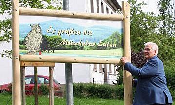 Bürgermeister Hans-Josef Vogel enthüllte das erste von künftig drei Ortseingangsschildern des Eulendorfs Müschede. (Foto: privat)