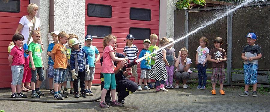 Spritzen erlaubt hieß es beim Besuch des Kindergartens am Karolinenhospital beim Löschzug Hüsten. (Foto. Feuerwehr)