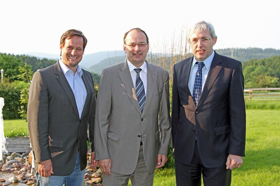 Mit der Kommunalwahl zufrieden: von links nach rechts Thorsten Schick MdL, stellvertretender CDU-Bezirksvorsitzender, Landrat Thomas Gemke und der CDU-Bezirksvorsitzende Klaus Kaiser MdL. (Foto: CDU)