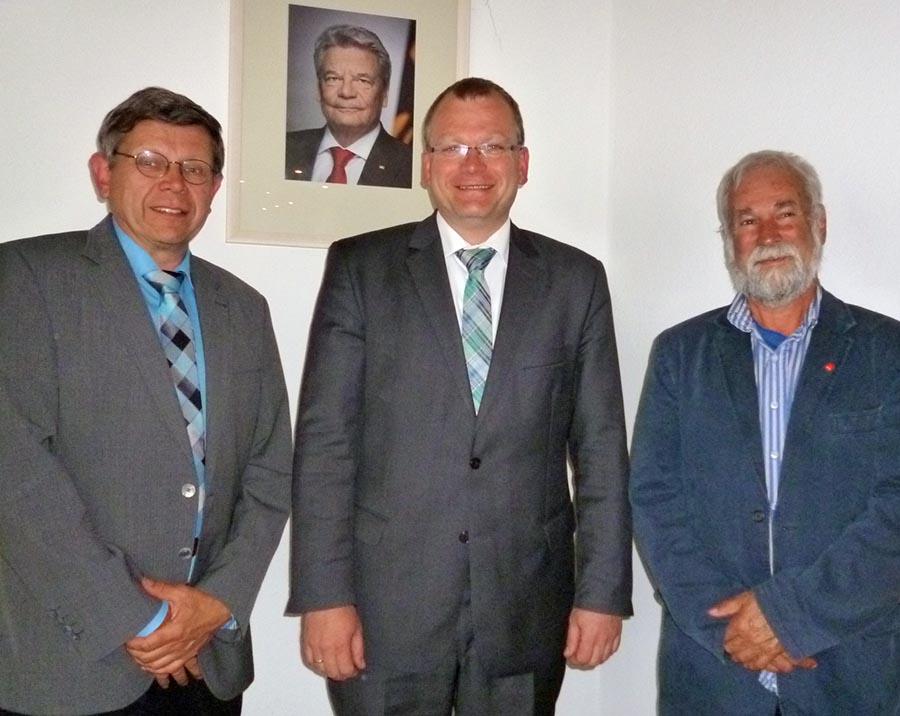Zu neuen ehrenamtlichen Stellvertretern von Bürgermeister Detlef Lins (Mitte) wählte der Rat Georg Te Paas (links) und Jürgen ter Braak. (Foto: oe)