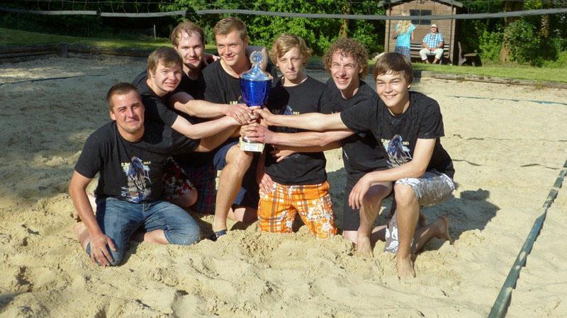 """""""Die Barhocker"""" sind die Sieger beim Beachvolleyballturnier des Jugendfördervereins Amecke. (Foto: Jugendförderverein)"""